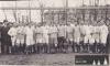 """Čechie Hradec Králové (bílý dres s červeným """"Č"""" a hvězdou na srdci) spolu s neznámým soupeřem – kolem roku 1920."""