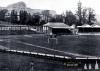 Stadion Crystal Palace - v letech 1895 - 1914 se zde hrálo finále Anglického pohářu. Klub Crystal Palace zde hrál od svého vzniku v roce 1905 do roku 1915. Skleněný palác v pozadí byl zničen požárem v roce 1936