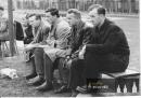 Zraněný Šonka sedí vpravo, vlevo od něj trenér Zástěra