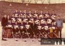 Spartak Hradec Králové v sezóně 1972-73, která o co lépe začala, tak o to hůře skončila. Místo třetí účasti v kvalifikaci, na níž to dlouho vypadalo, přišel sestup do třetí nejvyšší soutěže. Václav Čergeť na snímku čtvrtý z prava v horní řadě.