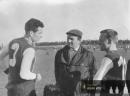 Spartakovské béčko - zleva kapitán Karel Martínek, trenér Holman a Zahálka
